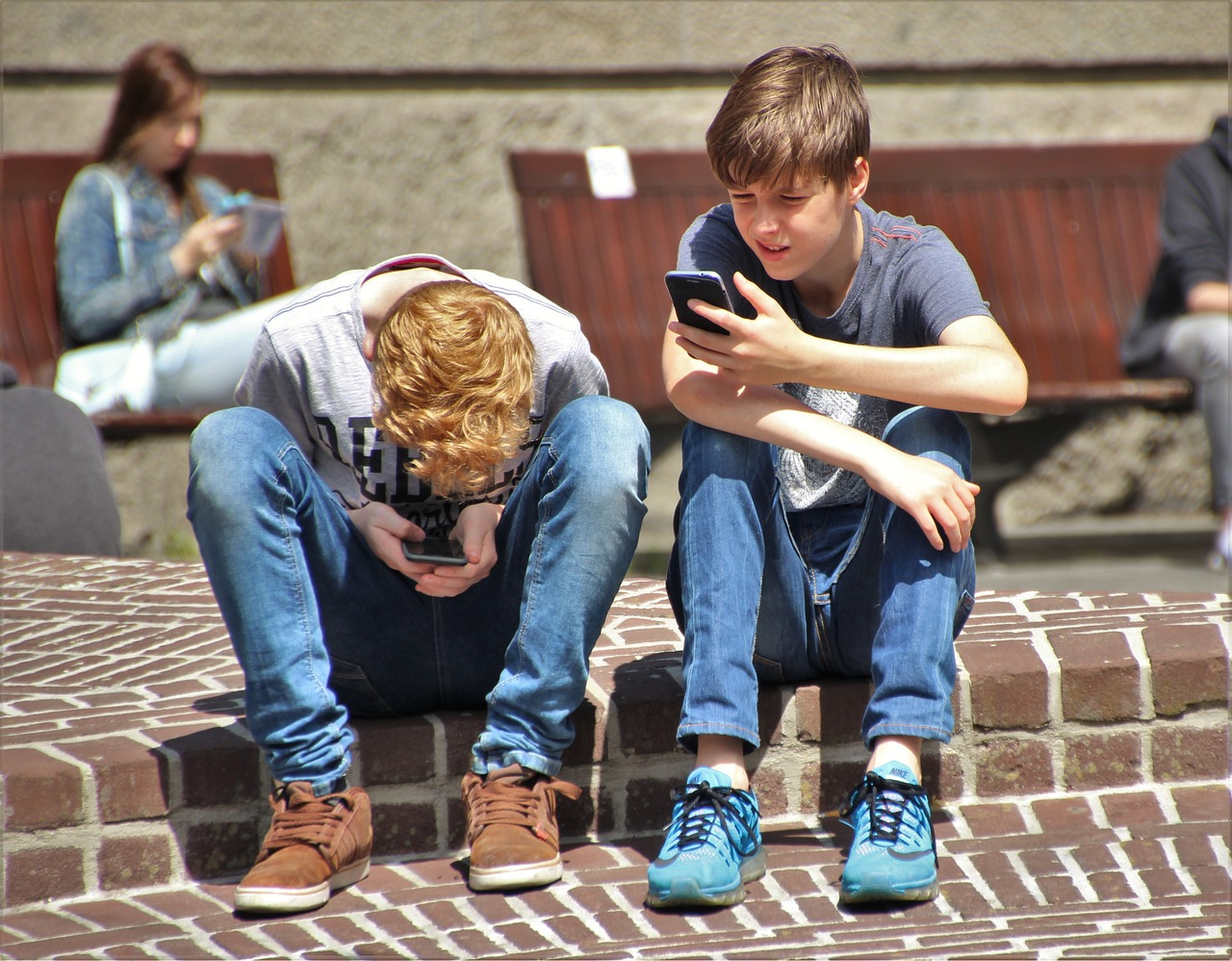 estudiantes consumiendo contenido