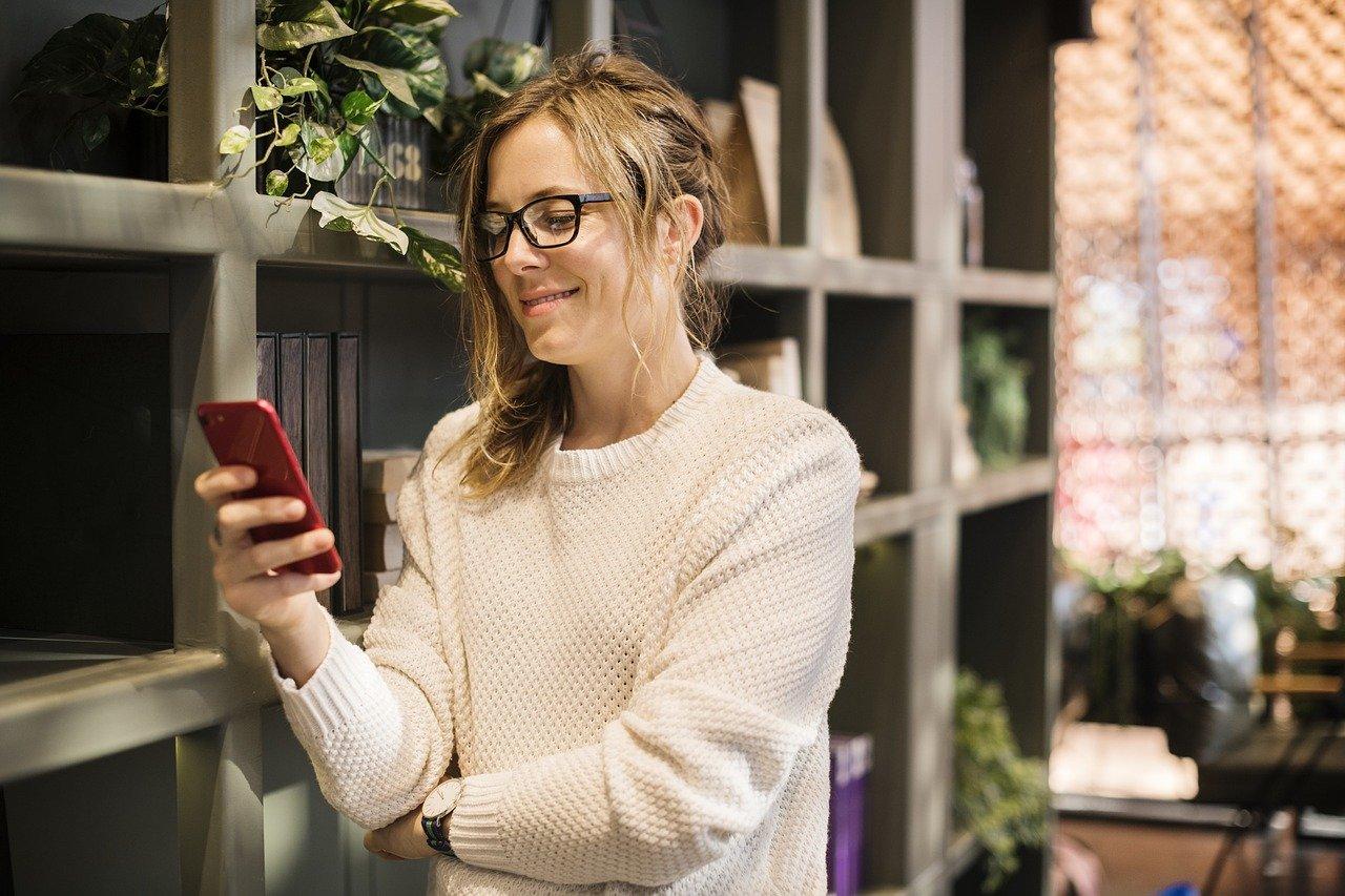 mujer contenido smartphone